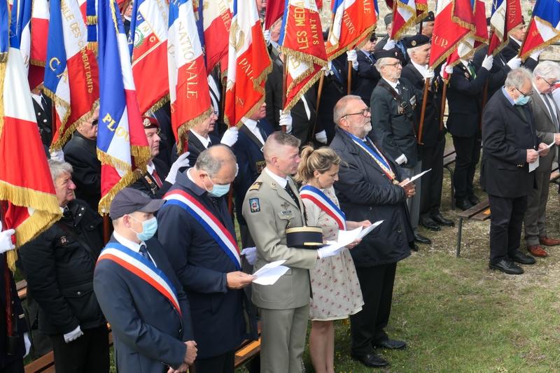 L'office, les autorités, les drapeaux
