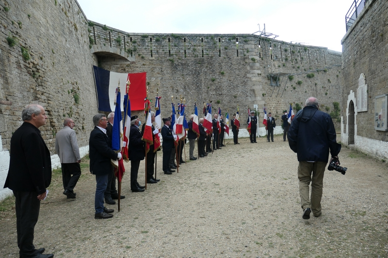 Arrivée des porte-drapeaux  devant la crypte du Fort
