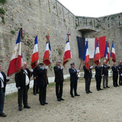 L'ensemble des drapeaux face à l'entrée de la crypte